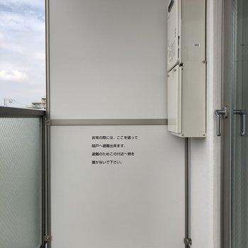 バルコニーは2,3日分の洗濯物を一気に干せそうな広さがありました。※写真は5階の同間取り別部屋のものです