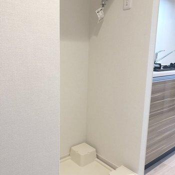 脱衣所正面に洗濯機置場があります。※写真は5階の同間取り別部屋のものです