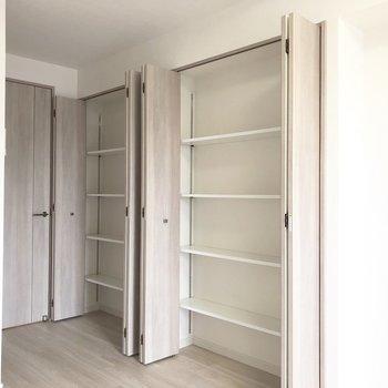 この収納は奥行きがないので何か飾るのに使ったり、工夫しましょう。※写真は5階の同間取り別部屋のものです