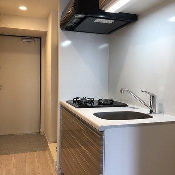 キッチンはお部屋を出てすぐ右側です。※写真は5階の同間取り別部屋のものです