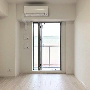 白を基調としたお部屋です。※写真は5階の同間取り別部屋のものです