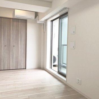 窓から空が見えるので気持ちがいいですよ。※写真は5階の同間取り別部屋のものです