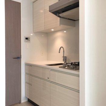 洋室の中にキッチンがあります※写真は5階同間取り別部屋のものです