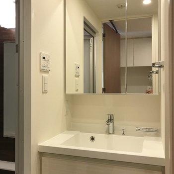 大きな鏡が特徴の洗面台※写真は5階同間取り別部屋のものです