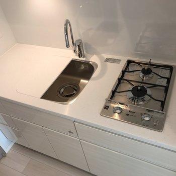 システムキッチンで調理スペースが広々しています※写真は5階同間取り別部屋のものです