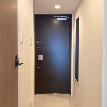 玄関前には全身鏡がありました※写真は5階同間取り別部屋のものです