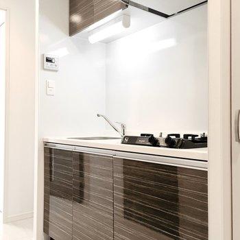 キッチン横には冷蔵庫スペースもありますよ。※写真は6階同間取り・別部屋のものです