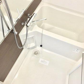 お風呂には大きなミラーと浴室乾燥機付き!※写真は6階同間取り・別部屋のものです