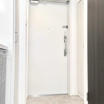 玄関もシンプルに。※写真は6階同間取り・別部屋のものです