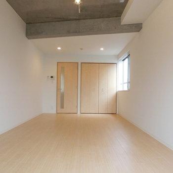 斜めのコンクリートの梁がいいですね!※写真は3階の同間取り別部屋のものです