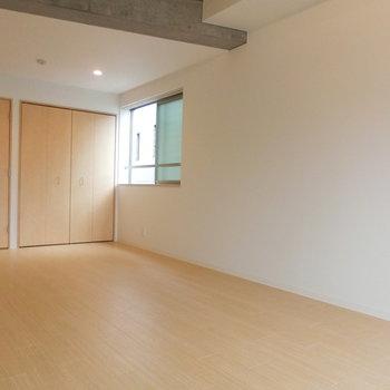 少し斜めから。窓からもしっかり光が入ってきます※写真は3階の同間取り別部屋のものです。角部屋ではありません。