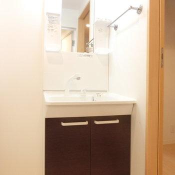 明るい独立洗面台※写真は3階の同間取り別部屋のものです