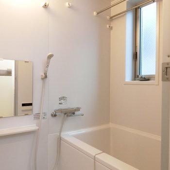 浴室乾燥機付お風呂※写真は3階の同間取り別部屋のものです。101号室は窓はありません。
