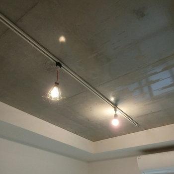 照明とてかてかなコンクリートの天井