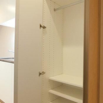 キッチン横の収納※写真は3階の同間取り別部屋のものです