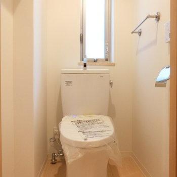 ウォシュレット付トイレ※写真は3階の同間取り別部屋のものです。101号室は窓はありません。