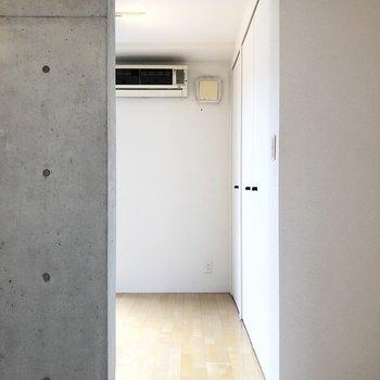 洋室にに入ると.... ※写真は2階の同間取り別部屋のものです