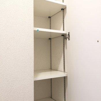 高さ調節可能なシューズボックス。※写真は2階の同間取り別部屋のものです