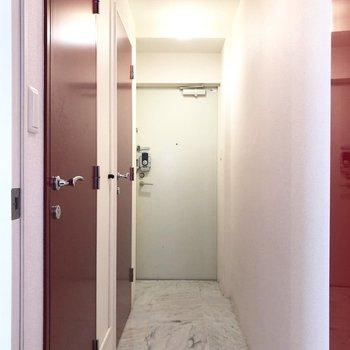 玄関からお部屋までは土間のような空間。※写真は2階の同間取り別部屋のものです