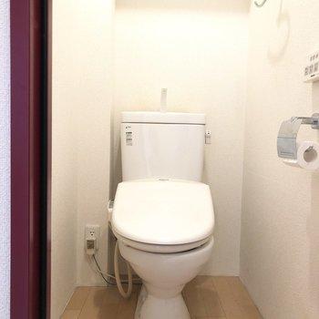 嬉しいウォシュレット付きトイレ。※写真は2階の同間取り別部屋のものです