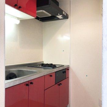 キッチンも赤で統一です。※写真は2階の同間取り別部屋のものです