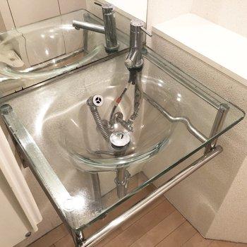 洗面所はなんとガラス製。ん〜お洒落。※写真は2階の同間取り別部屋のものです