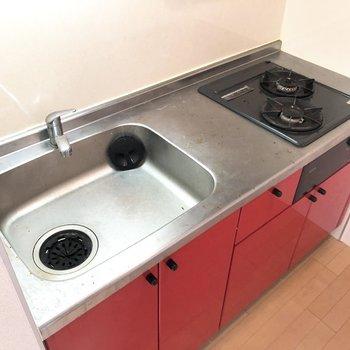 2口コンロ、そして調理スペースもあるので料理が捗りそう。※写真は2階の同間取り別部屋のものです