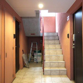 階段駆け上がってお部屋へ!