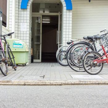 マンションの目の前に、駐輪場も、ゴミ置場も。