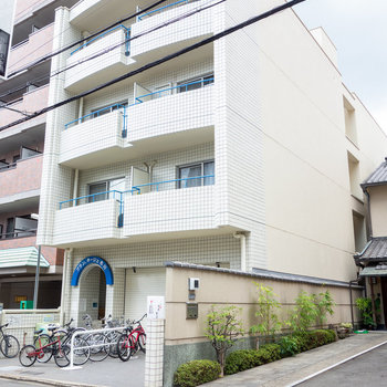 駅近くにあるマンションです。