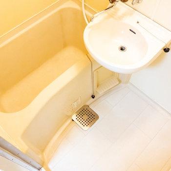 浴室は2点ユニットタイプ。(※写真は4階の同間取り別部屋のものです)