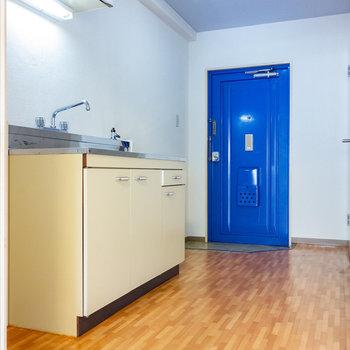 玄関はいってすぐ、キッチンです。(※写真は4階の同間取り別部屋のものです)