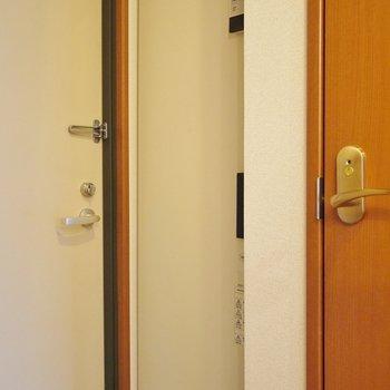 オール電化なので、電気給湯器が玄関にあります。(※写真は8階の同間取り別部屋のものです)