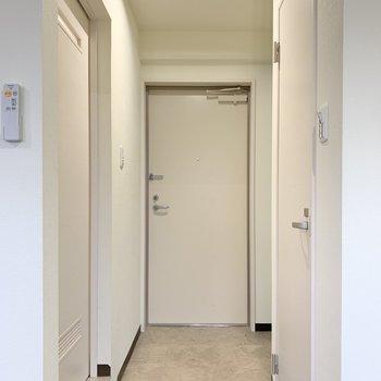 廊下の右側は、トイレ。左側はサニタリールーム