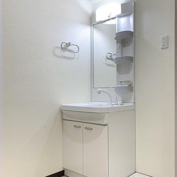 洗面台は丁度よいサイズ◯隣には洗濯機を置きましょう〜!