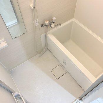 浴室はピカピカ!白色だからか清潔感も漂いますね◯