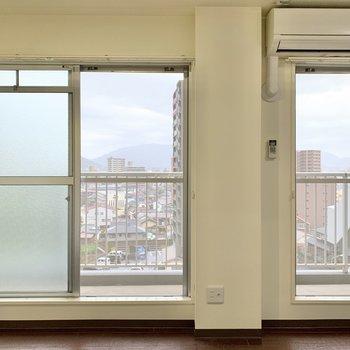 お部屋には2枚の大きな窓があります。フレッシュな風を通せそう。