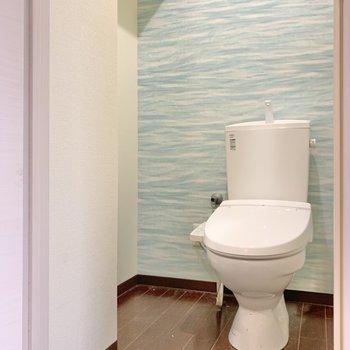 トイレ空間はコンパクト!そう..!クロスがとっても綺麗なんです。。