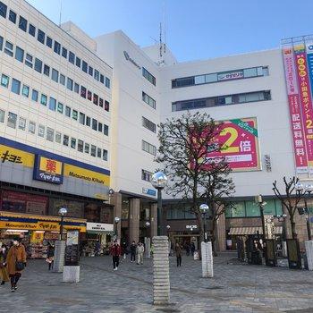 駅は駅ビルに商店街に栄えています。お買い物には困りませんね。