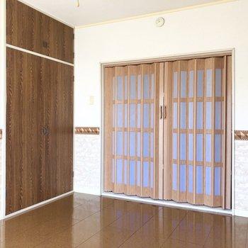 腰壁に濃いブラウンの扉がなんとも素敵。