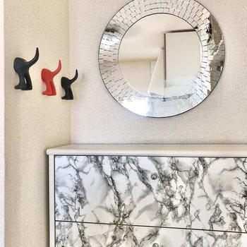 丸い鏡とかわいいフックのおしりたち…。