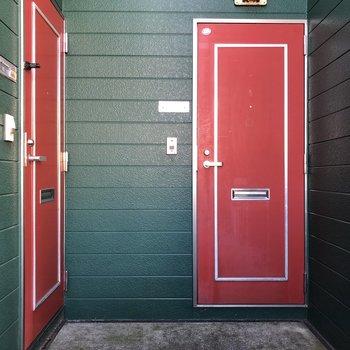 緑に赤の扉。素敵です。