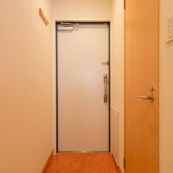 玄関も暖色系でまとめて