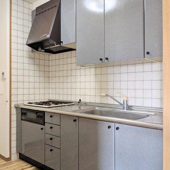 キッチンはリビングの奥に。立派です。(※写真は清掃前のものです)