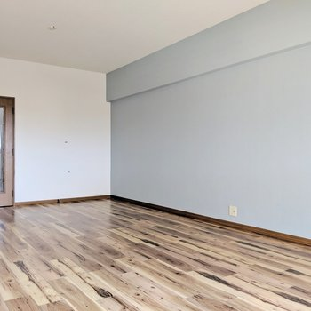 床は木目がはっきり色でカッコイイかんじ。(※写真は清掃前のものです)