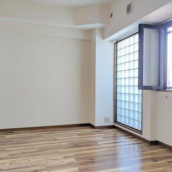 玄関側の洋室。ガラスブロックがカッコイイ。(※写真は清掃前のものです)