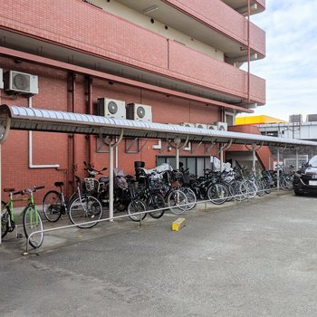 駐輪場も屋根付きです。
