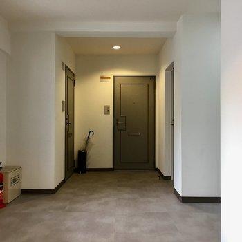 共用廊下。広くてキレイ。