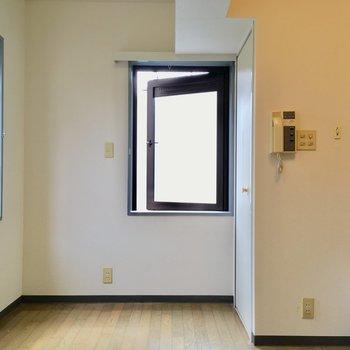 入って右側を向くと。窓際にベッドかな。