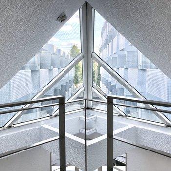 エントランスホールにステキな天窓が!